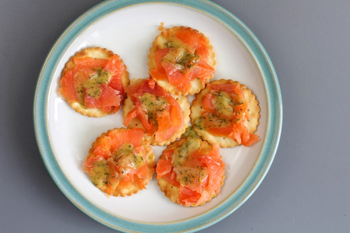 salmon appetizers with dill sauce